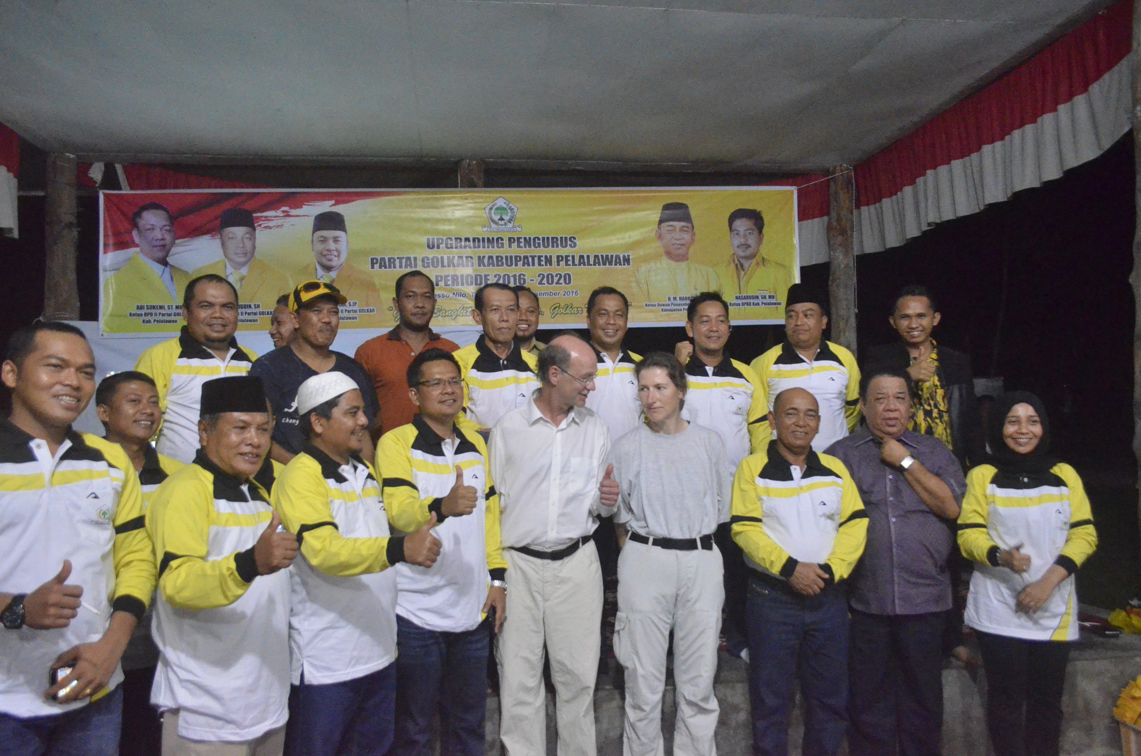 Dewan Penasehat Partai GOLKAR Pelalawan HM. Harris dan pengurus besar Golkar poto bersama dengan turis asal jerman yang sedang penelitian di TNTN. Poto HM. Rojuli