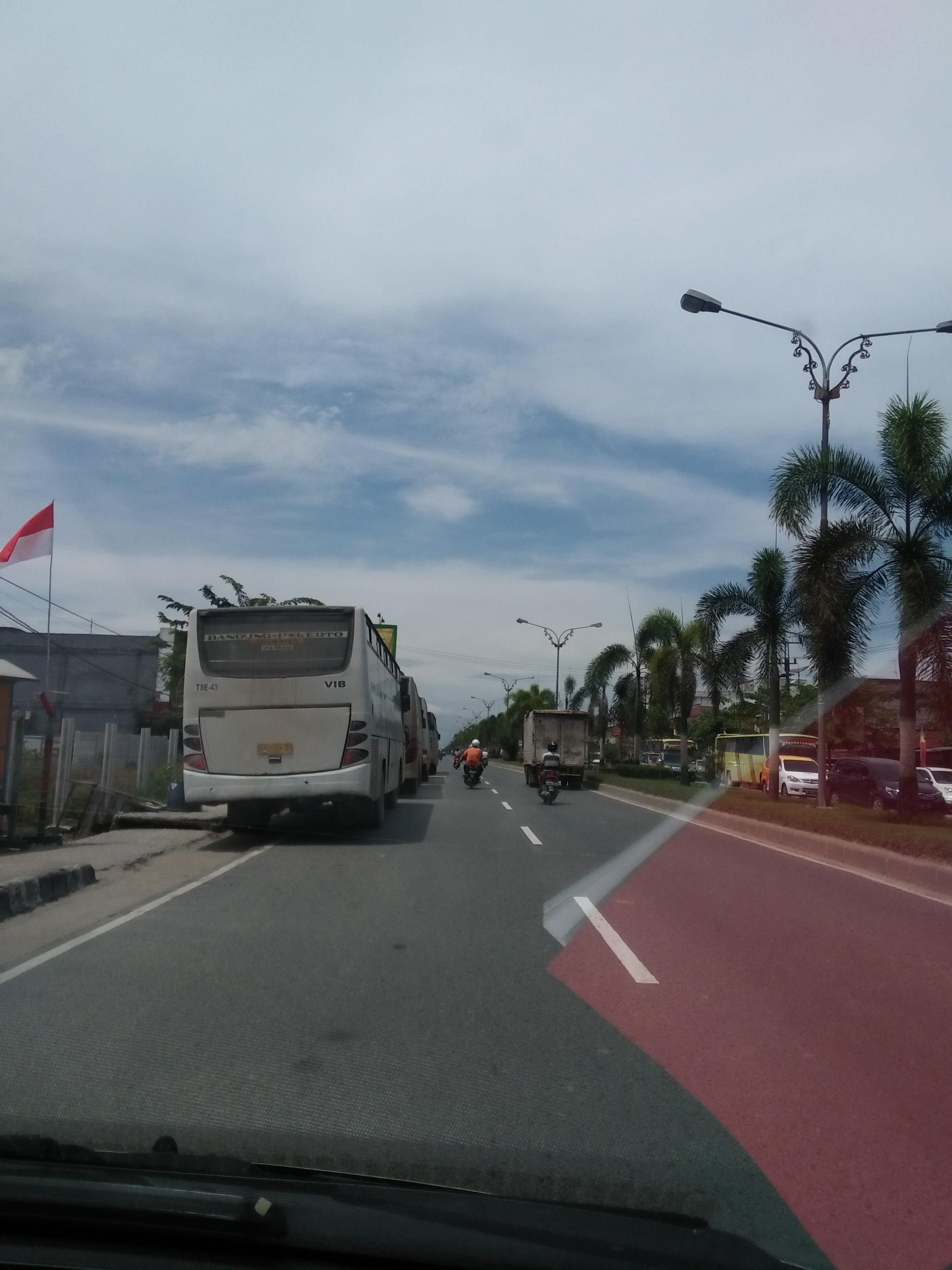 Bus Karyawan Kontraktor PT RAPP Parkir Sembarangan di Jalan Lintas Timur Pihak Berwajib Tutup Mata