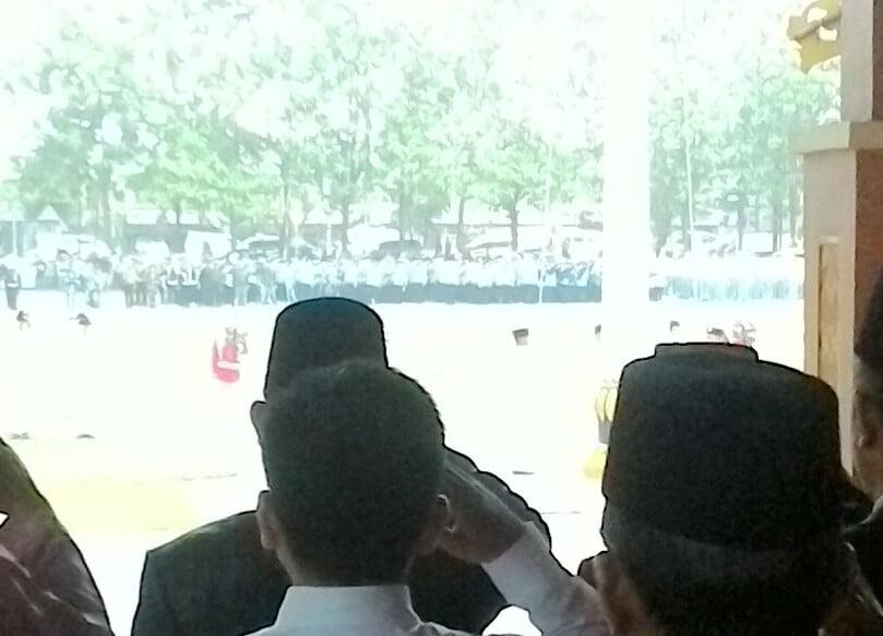 Hujan Lebat, HM Harris Pimpin Upacara HUT RI di Lapangan Bola Kaki