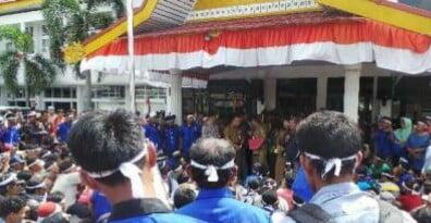 Buruh PT Duta Palma Nusantara Kuansing Unjuk Rasa ke Dusnaker Riau