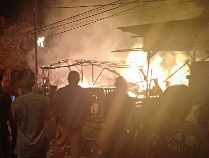 Tiga Pintu Ruko Kayu di Jalan Lintas Timur Ludes Terbakar