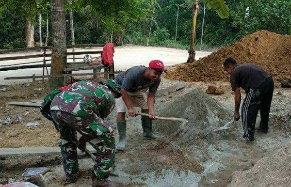 Babinsa Koramil 09/Lgm 0313/Kpr  Bantu Bangun Rumah Warga