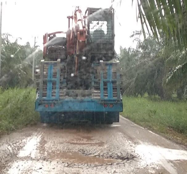 Dua Titik Jalan Menuju Desa Kuala Terusan Rusak Parah