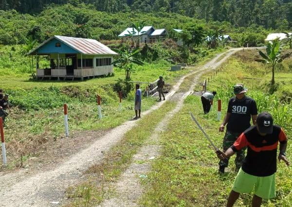 Peduli Bersih Satgas Raider 300 Karya Bakti Pembersihan Lingkungan