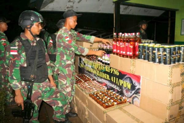 Prajurit TNIYonif 411 Kostrad Amankan 5.076 Botol Miras Ilegal di Jalan Trans Papua