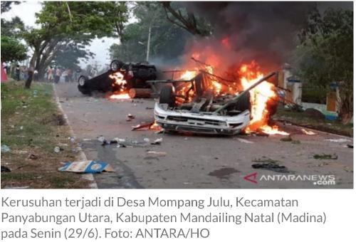 BLT Tak Adil, Warga Mengamuk Bakar Mobil Polisi dan Serang Anggota TNI-Polri