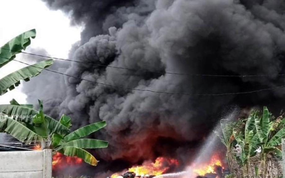 Asap Hitam Pekat Selimuti Kota Pekanbaru, Pabrik Ban Bekas Terbakar