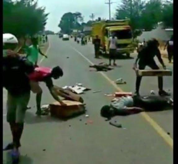 Lintas Timur Makan 5 Korban Tergeletak di Jalan Mobil  Terbalik